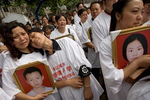 Grieving and indignant parents of the Dujiangyan Xinjian Primary School. (Andrew Wong/Getty Images)