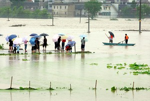 On May 28, Hangzhou experienced rainstorms for over 10 hours, flooding Huang Ao Village. Twenty-one people were trapped within the raging flood. (The Epoch Times)