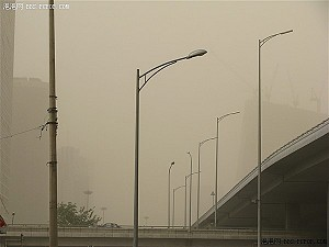 Beijing is choked by thick clouds of airborne sand. (BBS.PCPOP.com)