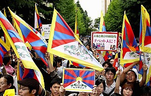 Pro-Tibet supporters greet Chinese head Hu Jintao on his visit to Japan, at Okuma Hall of Waseda University on May 8, 2008 in Tokyo, Japan. (Koichi Kamoshida/Getty Images)