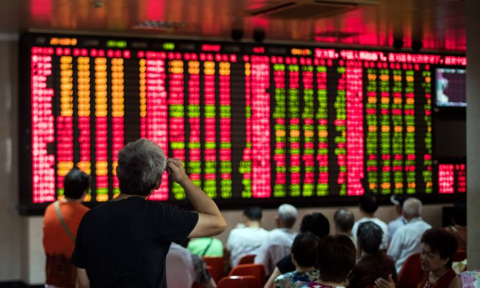Investors monitoring stock movements at a brokerage house in Shanghai, Aug 18, 2015. (Johannes Eisele/AFP/Getty Images)