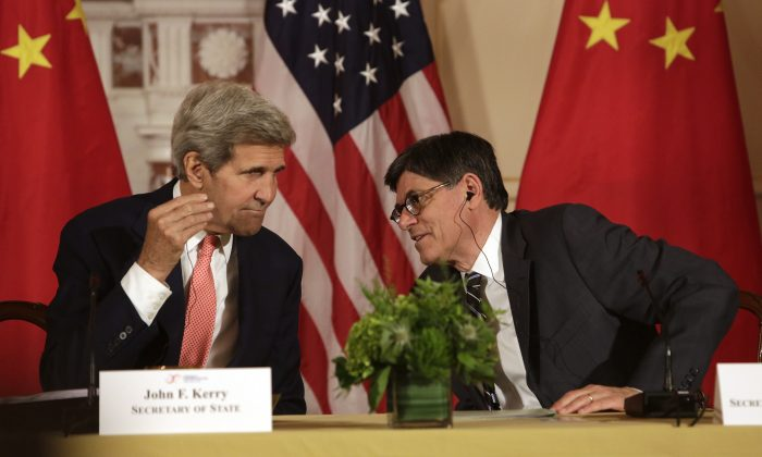 US Secretary of State John F. Kerry (L) confers with US Treasury Secretary Jacob Lew (R) during the closing session of the seventh US-China Strategic and Economic Dialogue (S&ED) at the US State Department  in Washington DC, June 24, 2015. (Chris  Kleponis/AFP/Getty Images)