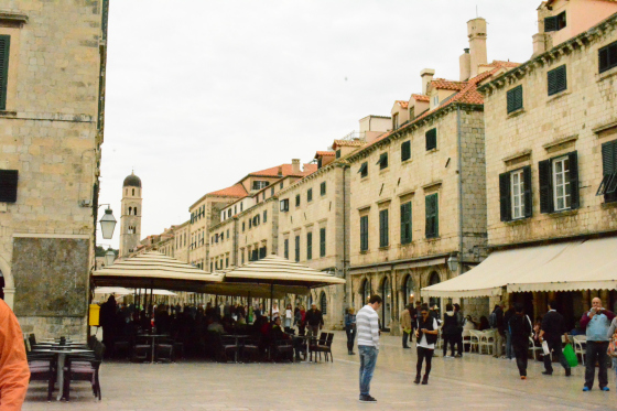 4.	Do as the locals do! Sip coffee at one of Stradun's cafés—it's a good spot of people watching too. Enjoy an ice-cream or a taste of the Mediterranean at a seafood restaurant. Spend your evening at Plaza Stradun, which is exceptionally romantic at night. (Li Yen/Epoch Times)