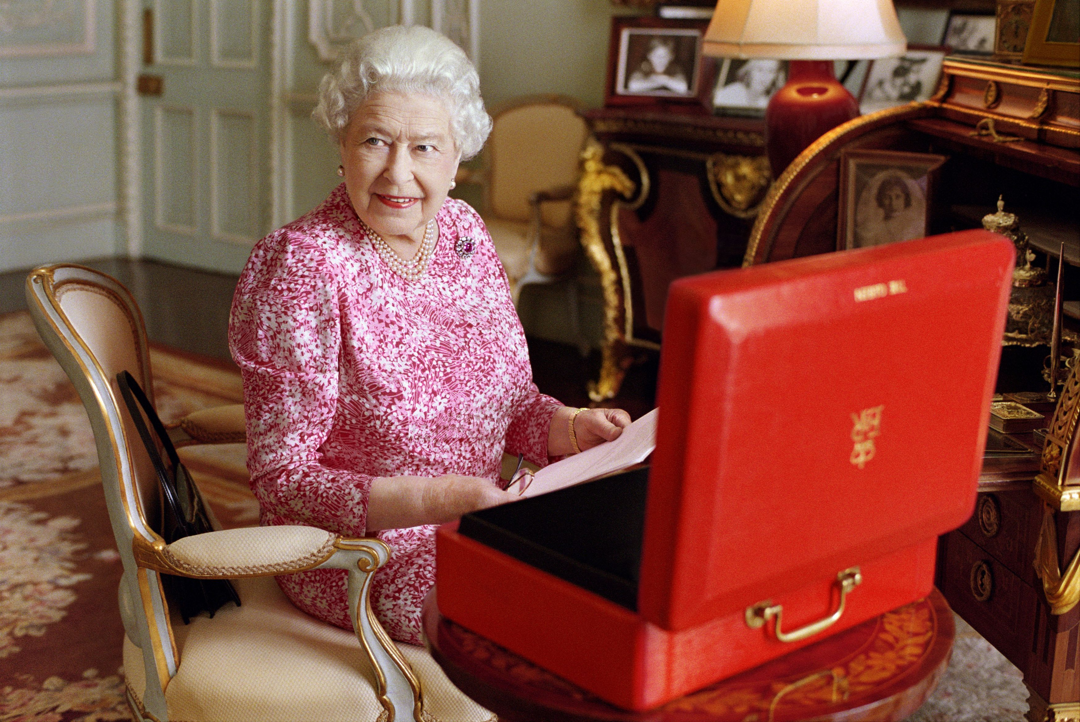 Queen's Hot Mic Moment: Chinese Officials 'Very Rude' to British Ambassador