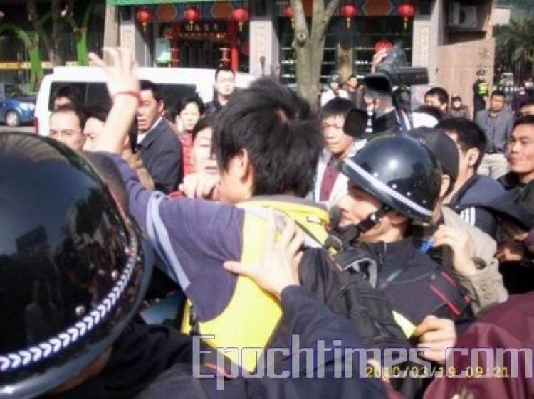 The court hearing of three Internet activists lasted less than one minute on March 19. The prosecutor was granted a further extension to gather more evidence. The defendant's lawyer raised strong objections and was supported by hundreds of protestors outs (Photo provided by a Chinese Internet user)