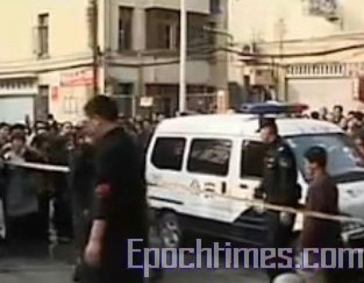 The police arrive at the crime scene, the Nanping Experimental Primary School in Fujian Province, southeast China. (The Epoch Times)
