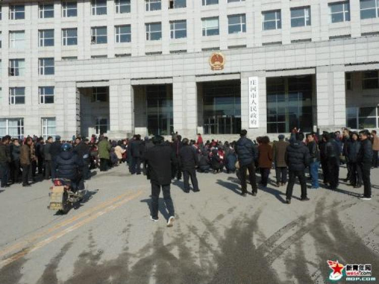 Over a thousand villagers from two villages in Zhuanghe City, in China's northwestern province of Liaoning, knelt in front of city hall on April 13 demanding to meet with the Mayor. (we54.com)
