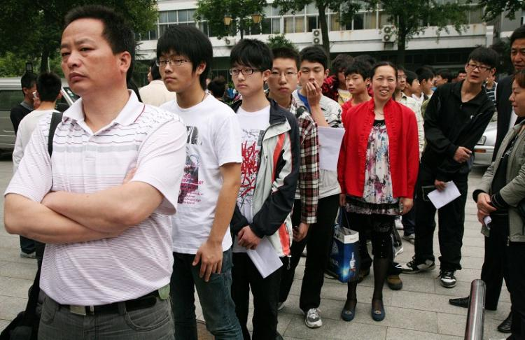 Applicants wait in line to be interviewed at the Nanjing Normal College for Childhood Education. (The Epoch Times Photo Archive)