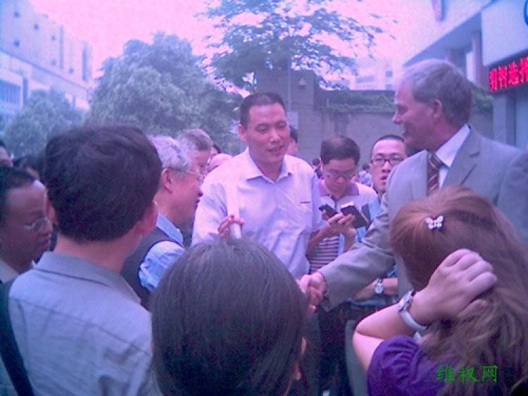 Defense attorney Pu Zhiqiang interviewed by foreign media outside the Chengdu Municipal Intermediate Peoples Court . A German Consulate staff member is also present. (Courtesy of Chinese Human Rights Defenders)