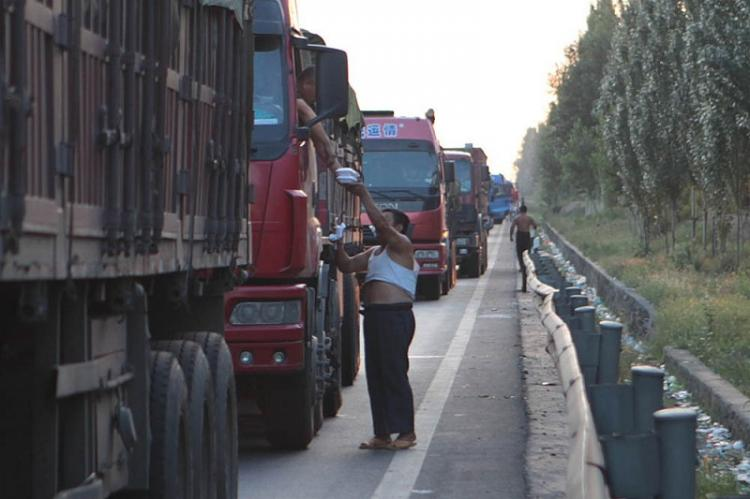 The traffic jam in China has now entered it's ninth day, as enterprising merchants sell lunch at inflated prices to drivers stuck on National Expressway 110.  (Photo provided by a source in China)