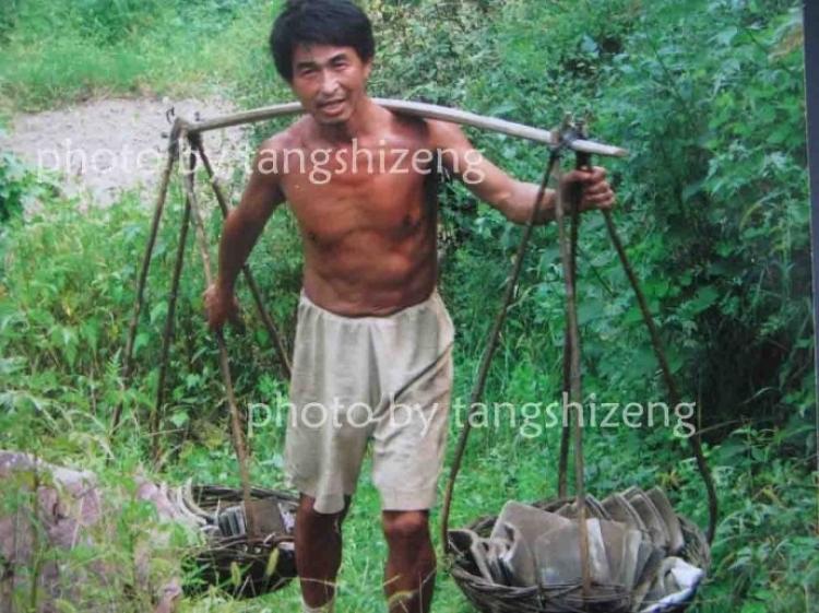 Former Peking University PhD student,Wang Qingsong carrying supplies. (Tang Shizeng)