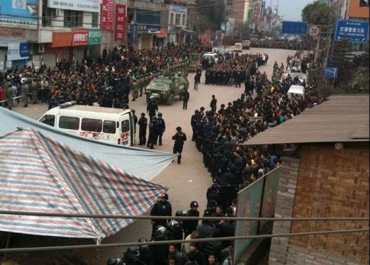 Thousands of protesters are being dispersed by police and armed vehicles in Yunnan on March 29.  (Letian.net)