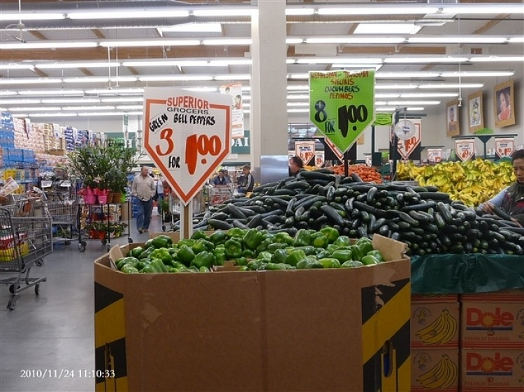 Photos showing prices of vegetables advertised in an American grocery store right before Thanksgiving 2010 were circulated by netizens in China where food prices have been soaring.  (Photo from a Chinese website)