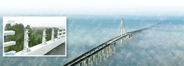 The world's longest sea bridge opened recently in China, missing some railings and suffering a number of loose bolts. (From a Chinese website)