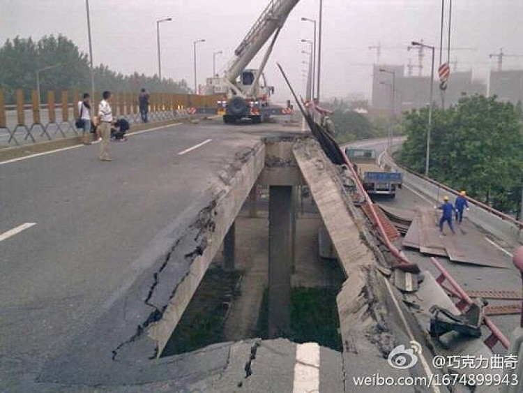 Large pieces fell out of the Third Qianjiang River Bridge in Hangzhou in the early morning hours of July 15, 2011. (Weibo.com)