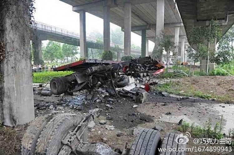 A heavy tractor trailer plunged over the side of the Third Qianjiang River Bridge in Hangzhou after hitting a huge hole where parts of the road bed had dropped out on July 15, 2011. (Weibo.com)