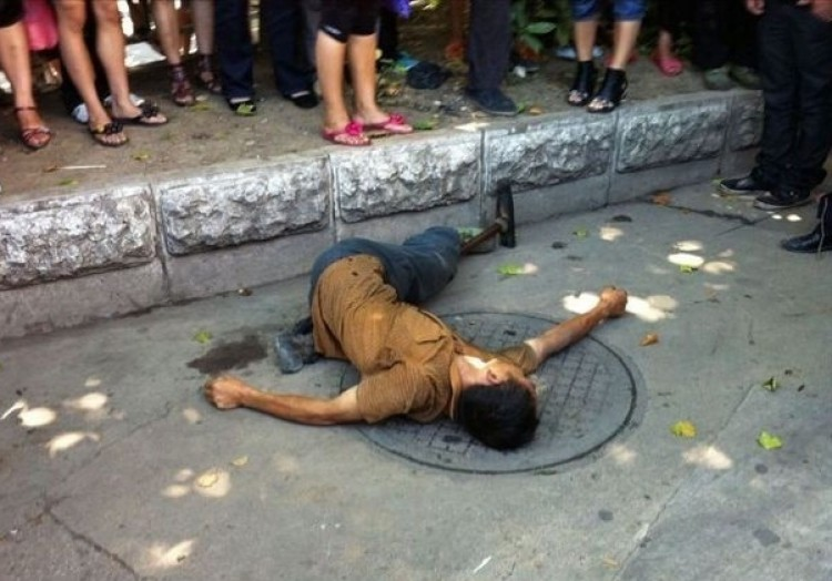 VICTIMIZED: A street fruit vendor with only one leg was beaten to death by security forces in Anshun City, Guizhou Province. (Weibo.com)
