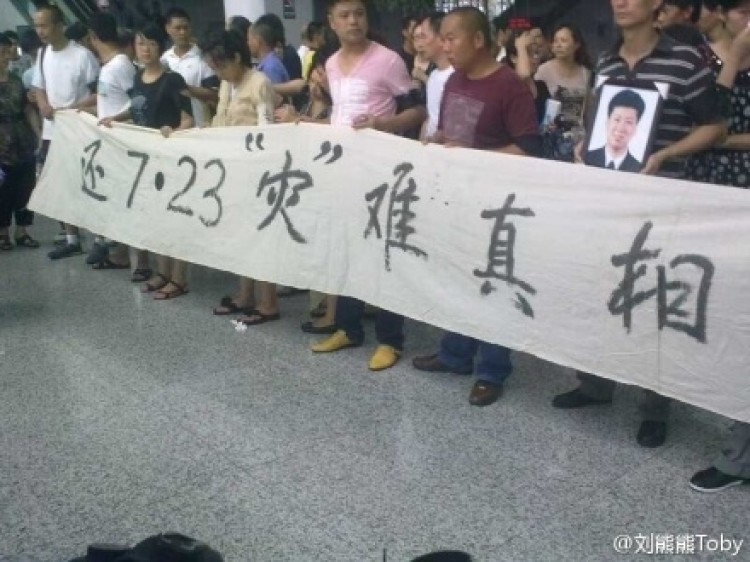 Families of people killed in the Wenzhou crash demand answers. (Liu Xiongxiong)
