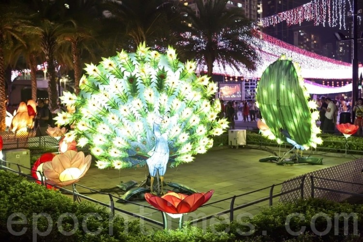 Peacock lanterns at Victoria Park in Hong Kong for the Mid-Autumn lantern carnival. (Yu Gang/The Epoch Times)