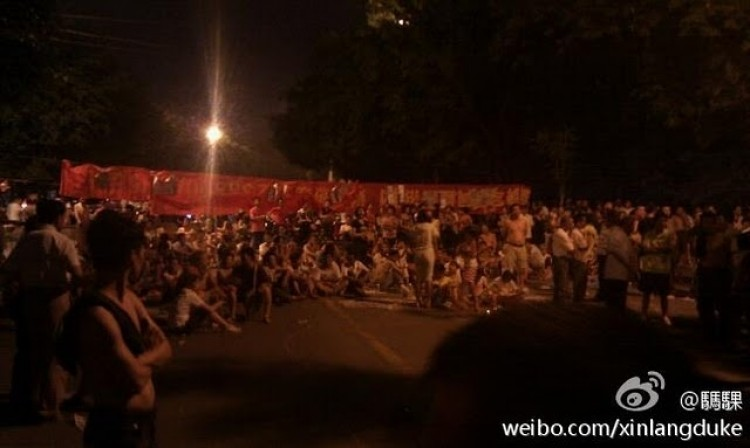 Thousands of residents from the southern Chinese city of Nanning protested over the weekend after police ignored the case of a local activist being beaten. (Weibo.com)