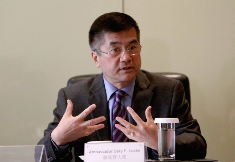 U.S. Ambassador to China Gary Locke speaks at the World Economic Forum's Annual Meeting of New Champions in Dalian, China on Sept. 13. When the forum's host, Rui Chenggang, asked Locke a flippant question, Chinese netizens raced to Locke's defense. (Getty Images)
