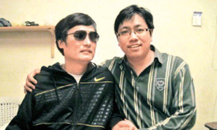 Chinese lawyer Guo Yushan (R) with blind activist Chen Guangchen g in 2012 (Epoch Week)