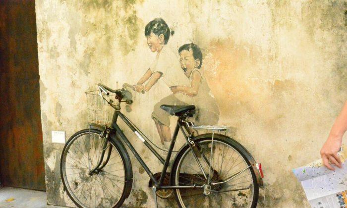 """Little Children on a Bicycle"" mural in Georgetown. (Li Yen/Epoch Times)"