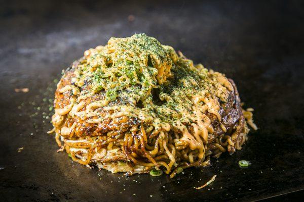 The making of Hiroshima-style Okonomiyaki. (Samira Bouaou/Epoch Times)