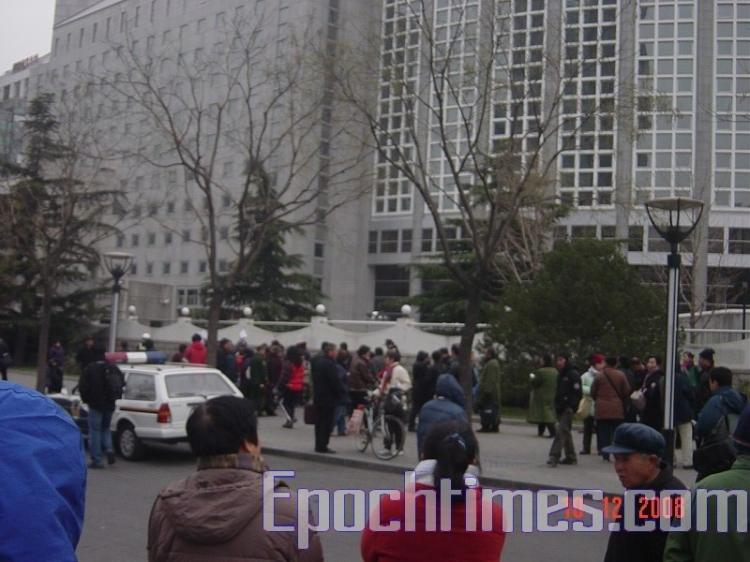 Representatives of the groups wait to submit the petition to the Ministry of Foreign Affairs. (The Epoch Times)