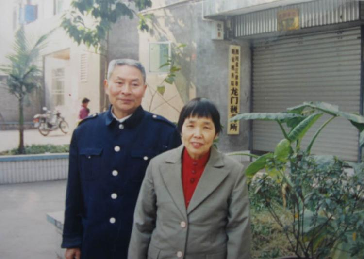 Jiang Xiqing, pictured above with his wife before his death. Two Beijing lawyers were beaten Wednesday for investigating the sudden death of Jiang Xiqing. (Clearwisdom.net )