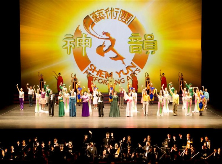 PERFECT BLENDING: The Shen Yun Orchestra plays to the rhythm of the story and dancing on stage and does not focus exclusively on its own performance. The image shows the final scene in this year's Jan. 7 performance at Lincoln Center in Manhattan. (Larry Dai/The Epoch Times)