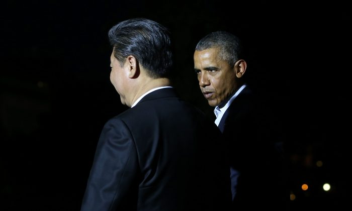 President Barack Obama walks with Chinese leader Xi Jinping on the White House grounds on Thursday. (Mark Wilson/Getty Images)