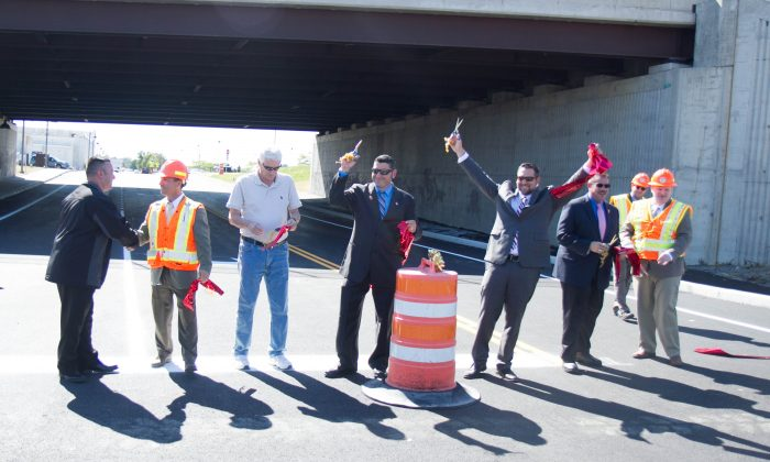(L-R) Karl Brabenec, New York State Assemblyman; John Ward, former Walkill Supervisor; Antonio Rotundo, Wallkill Councilman, Lou Ingrassia, Jr., Wallkill Commissioner of Public Works, and Paul LoGallo, Project Engineer for the D.O.T. on Sept. 24, 2015 during a ribbon cutting ceremony for a tunnel under Route 17 in Wallkill that connects three prominent shopping malls. (Holly Kellum/Epoch Times)