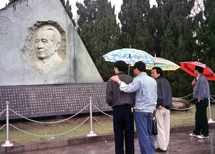 People gathering at the grave of former pro-reform Communist Party boss Hu Yaobang in Gongqing, in Jiangsi province on the eve of the tenth anniversary of his death in 1999. (AFP/Getty Images)