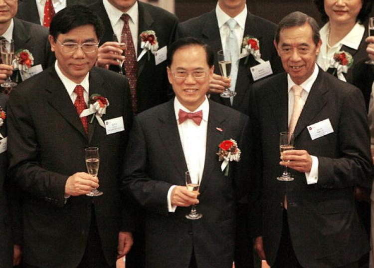Commercial Bank of China chairman Jiang Jianqing (L), Hong Kong Chief Executive Donald Tsang and Ronald Arculli, Chairman HK Exchange and Clearing, toast at the Stock Exchange of Hong Kong, 27 October 2006. (Mike Clarke/AFP/Getty Images)