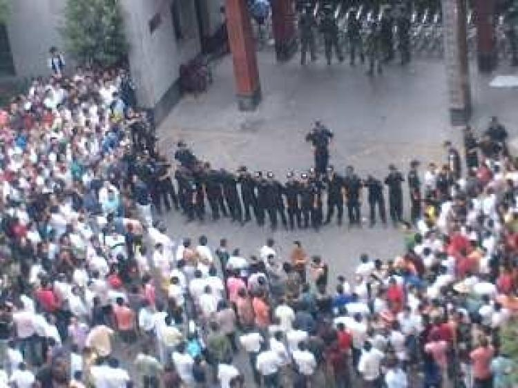 Police form a wall to block up protesting people in front of Xianxi Sub-prefecture Government on September 24. (Internet photo)