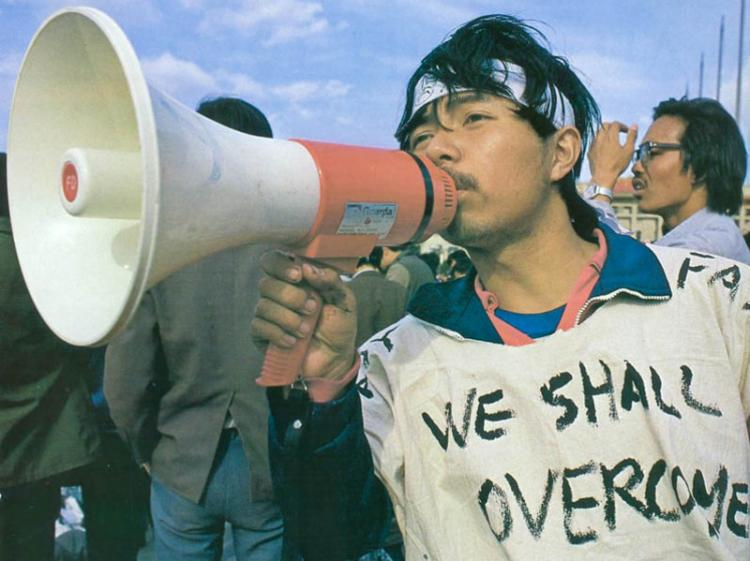 'We shall overcome' - Chinese students chose the English language in 1989 and this theme to better let the world's press know their message of hope. (64memo.com)