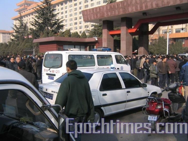 At the veterans protest in Shaanxi province, an ambulance was at the site. (The Epoch Times)