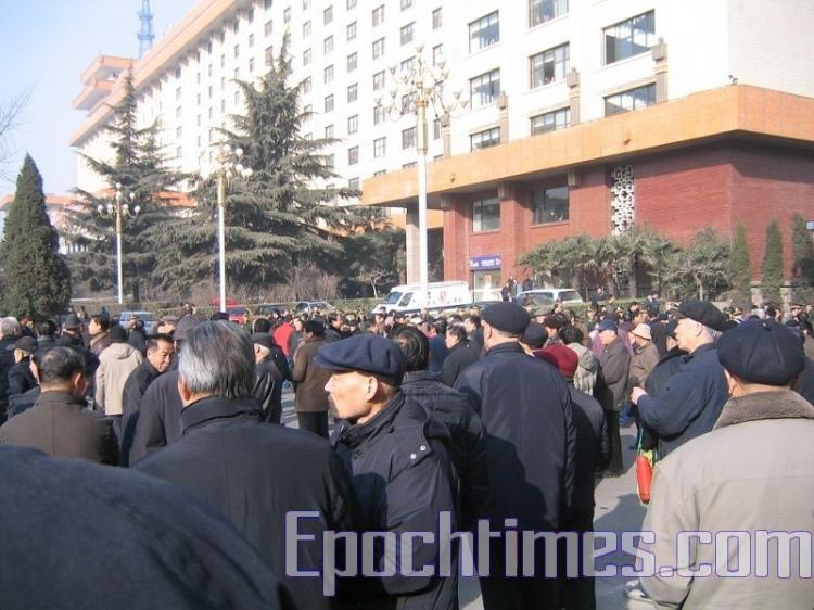 On the morning of Jan. 8 nearly 2,000 veterans attempted to force their way into the Shaanxi Province government building. (The Epoch Times)
