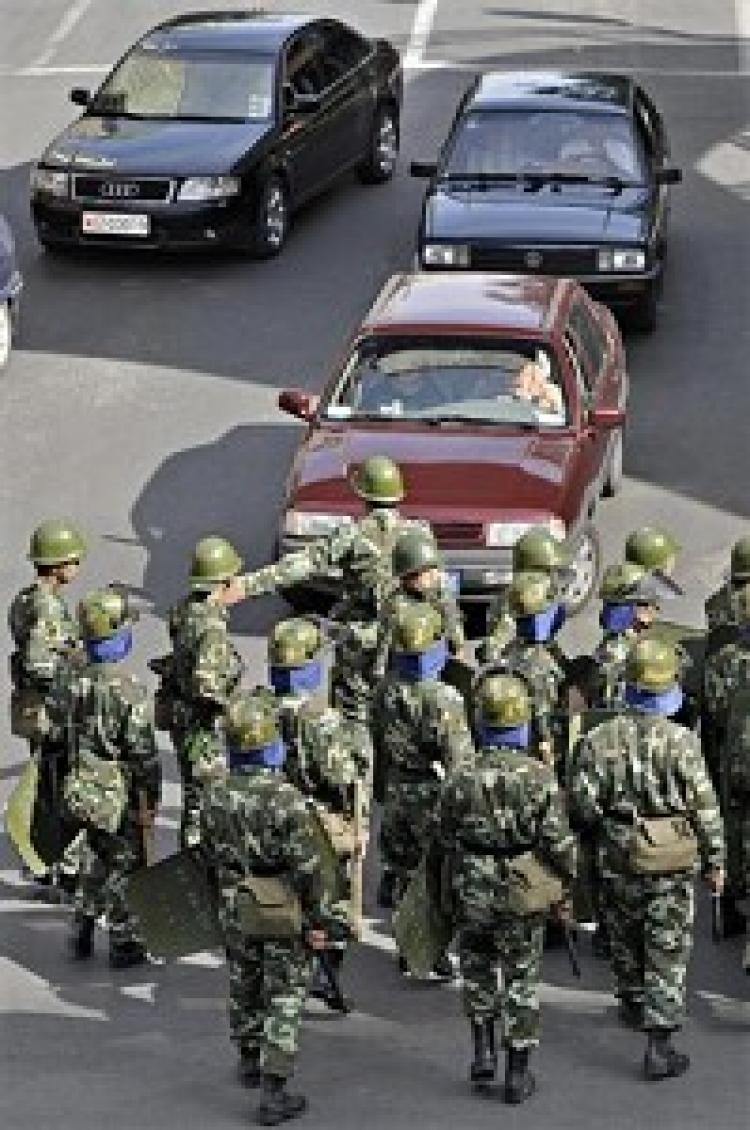 Chinese troops divert traffic in Urumqi on September 5, 2009 to control protests from Han residents in Urumqi. (PHILIPPE LOPEZ/AFP/Getty Images)