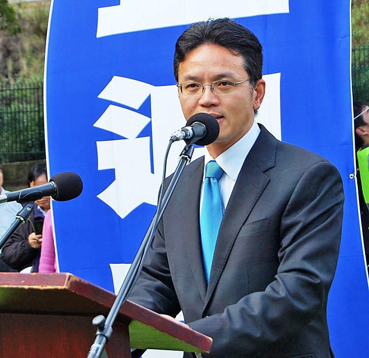 Mr. Chen Yonglin, a former Chinese diplomat who defected to Australia and quit the Chinese Communist Party in 2005, speaks at a rally in Sydney celebrating 100 million withdrawals. (Shar Adams/The Epoch Times)