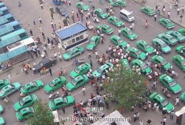 Taxi drivers in Louhe, Henan province went on strike on Nov 1. (Weobo.com)