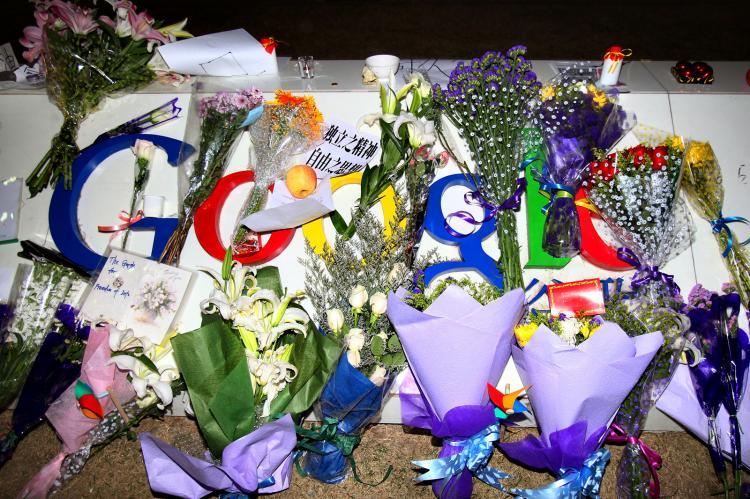 THANKS: The Epoch Times News Group joins the people of China in thanking Google for ending its censorship of search results. A card, a letter, and flowers are placed on the Google logo at its China headquarters building on March 23 in Beijing, China. (Feng Li/Getty Images)
