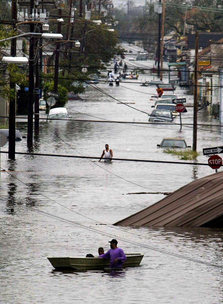 Residents wade through a flooded street in New Orleans, 29 August 2005, after hurricane Katrina made landfall.(James Nielsen/Getty Images)