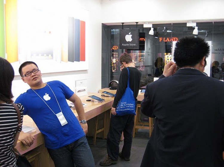 APPLE FAKE-OUT: This photo, posted online by a blogger living in China, shows a fake Apple store in Kunming, China. (BirdAbroad)