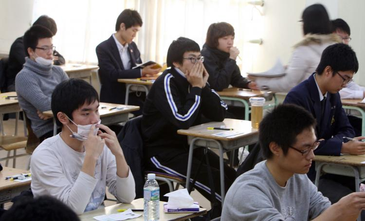 South Korean students prepare to take a standardised exam for college entrance at a high school in Seoul on Nov. 12, 2009. (CHUN YOUNG-HAN/AFP/Getty Images)