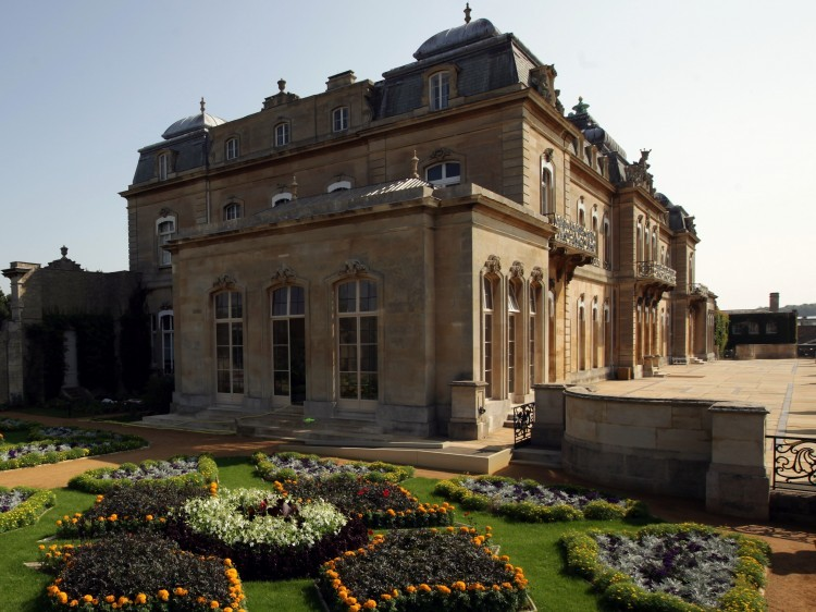 Mansion with view of Italian gardens.