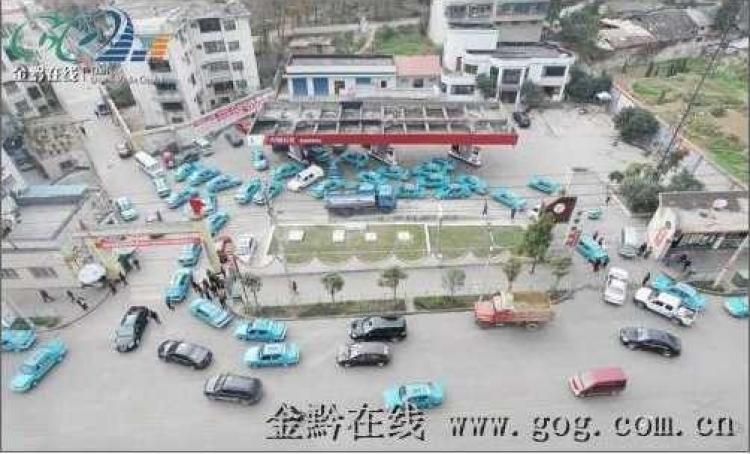 Taxis line up at a gas station in Guiyang City, Guizhou Province. (gog.com)