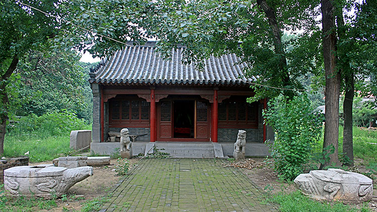 A picture of a tomb of Min Ziqian located in Jinan City