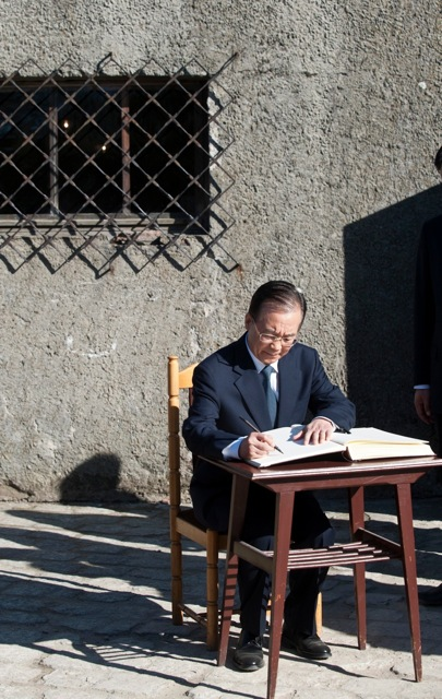 Chinese Premier Wen Jiabao signs the visitor's book